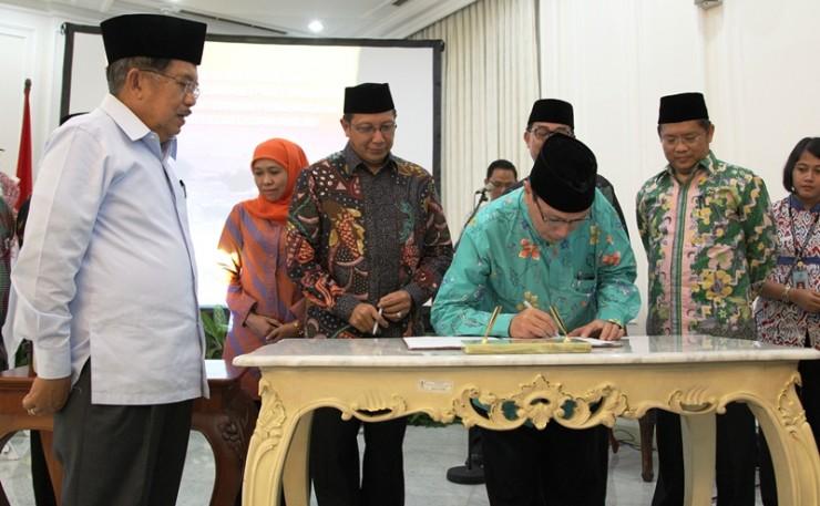 Sumber: www.kemenag.go.id / Kiai Masdar Menandatangani MoU dengan Menteri Agama dan Menteri ATR.