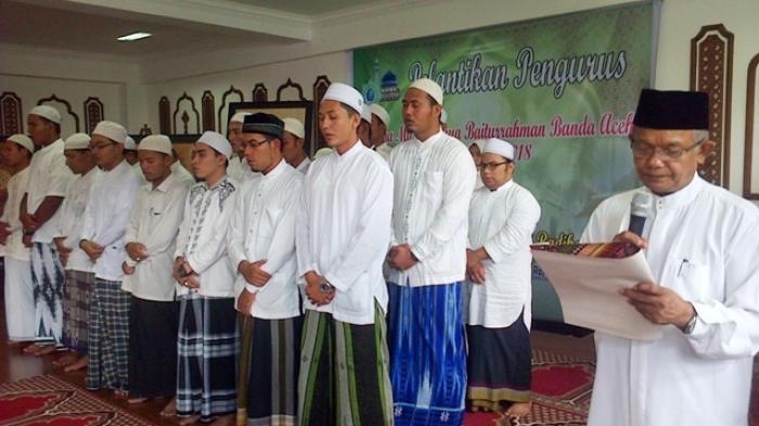 Imam besar masjid Raya Baiturrahman, Prof. Dr. Azman Ismail MA, melantik remaja Masjid Raya Baiturrahman Banda Aceh periode 2015-2018 yang berlangsung di aula masjid Raya Baiturrahman pada Sabtu (9/5) pagi.