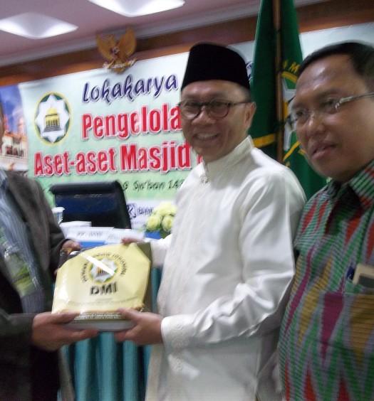 Sumber: www.dmi.or.id / Ketua Bidang Sarana, Hukum dan Waqaf PP DMi, Drs. Natsir Zubaidi, di acara Lokakarya Waqaf PP DMI