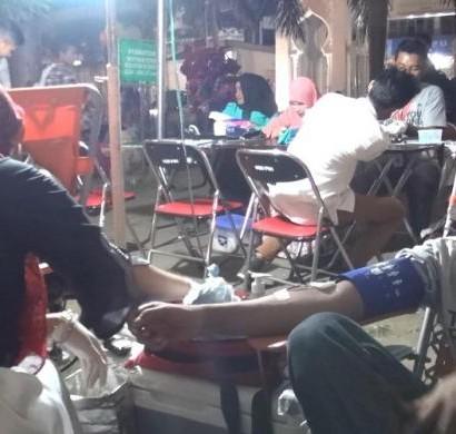 Sumber: http://regional.kompas.com / Sejumlah warga mendonorkan darahnya usai shalat tarawih di Mesjid Raya Baiturrahman, Banda Aceh.