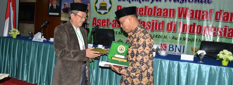 Sumber: www.dmi.or.id / Ketua PP DMI, Drs. H. Natsir Zubaidi (kiri).