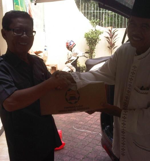 Sumber: www.dmi.or.id / Kepala Sekretariat PP DMI, H. Shouman Ramadhan, menyerahkan bantuan secara simbolik kepada PD DMI Kota Jakarta Barat, H. Amin Alimin.