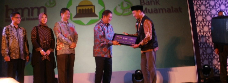Sumber: www.dmi.or.id / Menkominfo Menyerahkan Bantuan Secara Simbolik  Kepada Pengurus Masjid