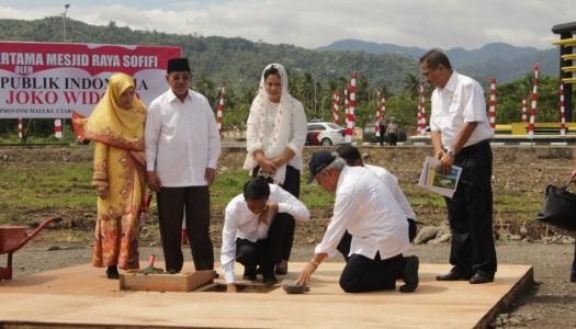 Presiden Jokowi Letakkan Batu Pertama Masjid Raya Sofifi