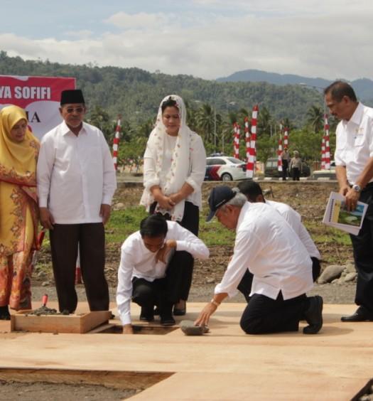 Sumber: http://kieraha.com/ Presiden Jokowi dan ibu negara  saat meletakan batu pertama pembangunan Masjid Raya Sofifi. Tampak Gubernur Maluku Utara dan ibu serta Menteri PU.