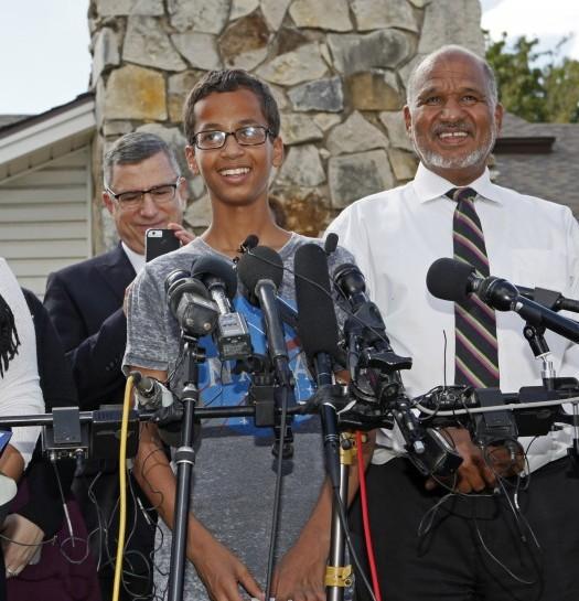 Sumber; www.inquisitr.com / Ahmed Mohammed (14 tahun) bersama ayahnya,Mohamed Elhassan Mohamed (kanan).