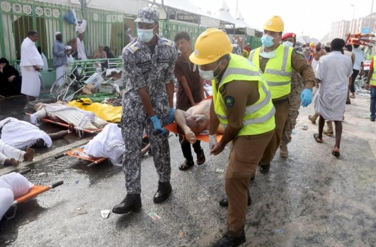 Sumber: Reuters / Petugas sedang mengevakuasi korban jama'ah haji akibat Musibah Mina, Kamis (24/9).