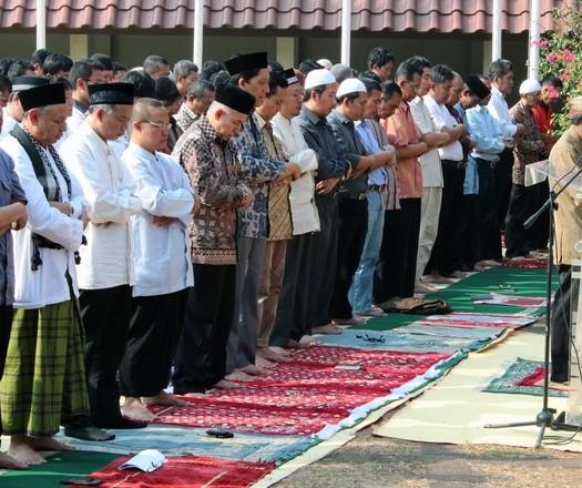 Sumber: www.news.detik.com / Pelaksanaan Sholat Istisqa di Lapangan Rotunda UI, Selasa (22/9) pagi.