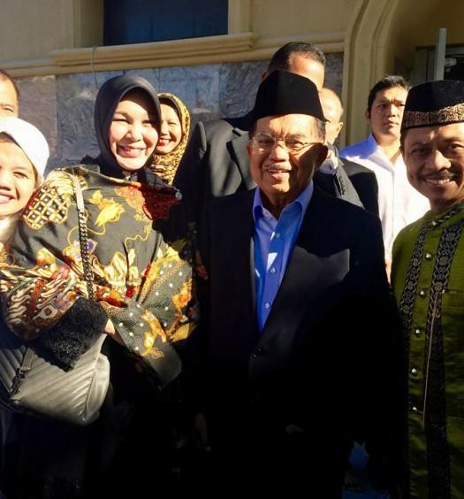 Sumber: www.theglobejournal.com / Wali Kota Banda Aceh, Illiza Sa'aduddin Jamal, berfoto bersama Wapres Jusuf Kalla dan Imam Syamsi Ali setelah shalat Idul Adha di mesjid Al-Hikmah, Astoria New York, Kamis (24/9)