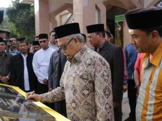 Sumber: www.aceh.tribunnews.com / Gubernur Aceh, dr. H. Zaini Abdullah, menandatangani prasati peresmian tiga masjid di Dtaran Tinggi Gayo, Sabtu (22/8).