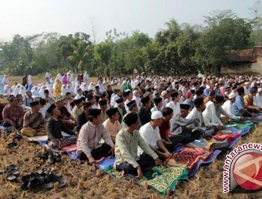Sumber: www.antaranews.com / Sholat Istisqo di Kabupaten Batanghari, Jambi.