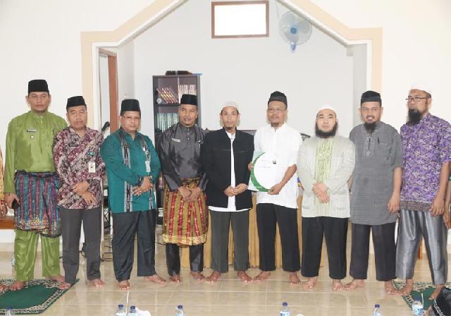Sumber: www.riaumandiri.co / Ket Foto : Asisten III H Jamaluddin foto bersama dengan tokoh maasyarakat usai meresmikan pemakaian Masjid Imam Al Qurtubi, Kamis (1/10).