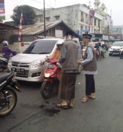 Sumber: www.rri.co.id / AMM Hasanuddin Madjedi Bagikan Masker, Ahad (6/9)