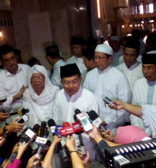 Sumber: www.dmi.or.id / Wapres Jusuf Kalla saat diwawancarai usai Sholat Istisqo di Masjid Istiqlal, Ahad (1/11) pagi.