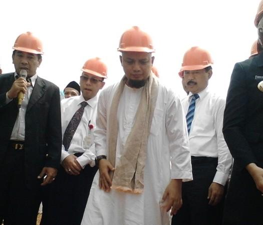 Sumber: http://tangseltoday.com/   Peletakan batu pertama Masjid Raya Kota Tangsel Al-I'tizom di Ciputat. Rabu (28/10).