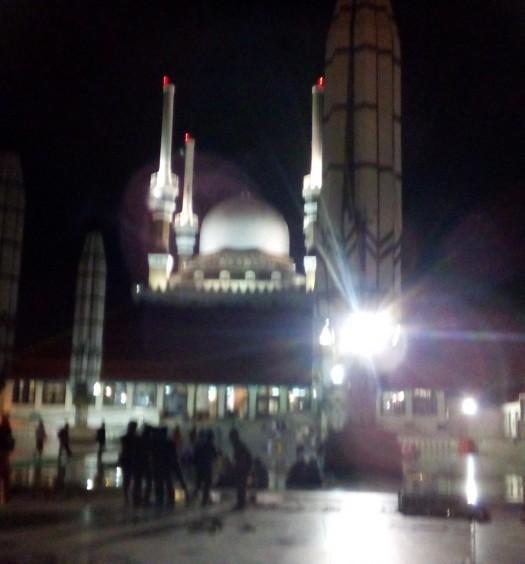 Sumber: www.dmi.or.id / Masjid Agung Jaw Tengah (MAJT) di malam hari