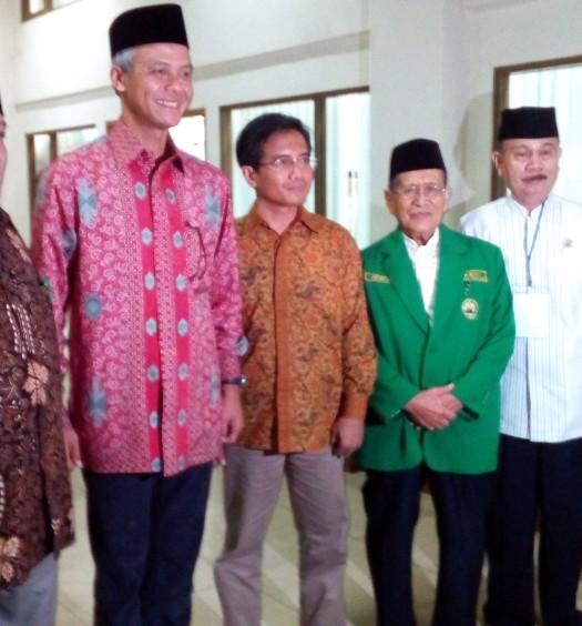 Sumber: www.dmi.or.id / Drs. KH. Achmad (ketiga dari kanan)
