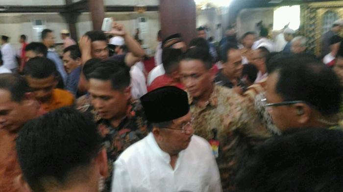 Sumber: www.jogja.tribunnews.com / Wapres Kalla Usai Sholat Jumat di Masjid Gedhe Kauman Yogyakarta