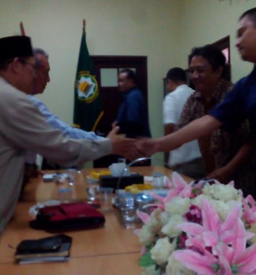 Sumber: www.dmi.or.id / Ustaz. Drs. H. Ahmad Yani (paling kiri).