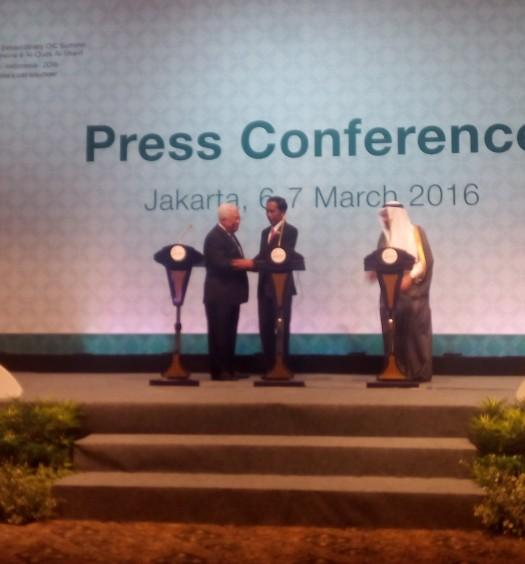 Sumber: www.dmi.or.id / Presiden RI, H.E. Ir. H. Joko Widodo, sedang bersalaman dengan Presiden Palestina, H.E. Mahmoud Abbas, dengan disaksikan oleh Sekretaris Jenderal (Sekjen) OKI, H.E. Iyad Ameen Madani, pada Senin (7/3), di Jakarta.