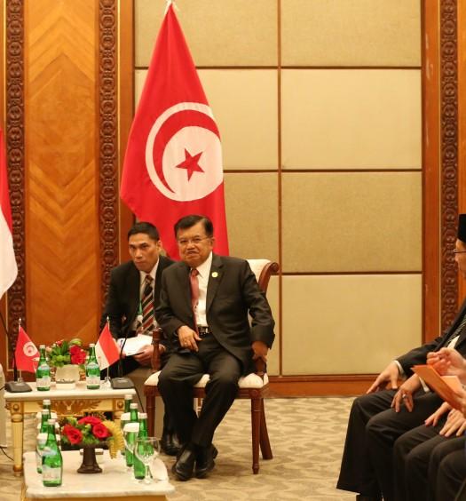 Sumber: https://www.oic-es2016.id  Wakil Presiden Jusuf Kalla (ketiga kiri) saat menerima kunjungan kehormatan dari Menlu Tunisia Kheimaies Jhinaoui (kiri) disela  KTT LB Ke-5 OKI mengenai  Palestina dan Al-Quds Al-Sharif  di JCC, Jakarta, Senin (7/3).