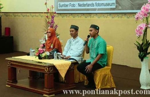 Sumber: www.pontianakpost.com  Pemberian tausiyah oleh Ustad Nanang Zakaria dan UStadzah Syarifah Azizah pada pengajian yang diselenggarakan Bidang Perempuan, DMI Kota Pontianak, Senin (7/3).