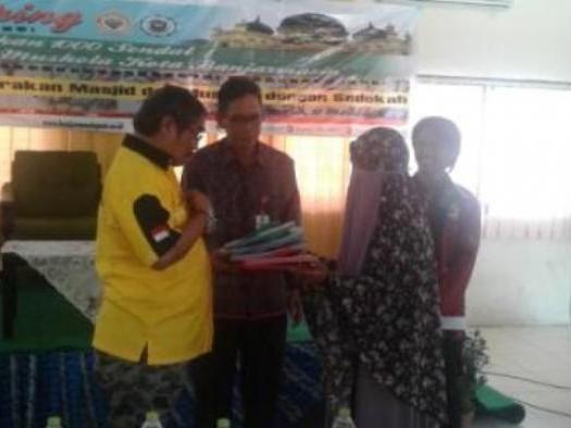Sumber: http://banjarmasin.tribunnews.com/  Ketua PW DMI Provinsi Kalsel, H. Gusti Pangeran Rusdi Effendi AR, menyerahkan bantuan 500 sendal dari DMI.