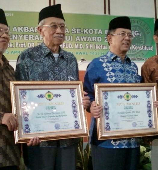 Sumber: http://salmanitb.com/  Keterangan: Ahmad Noe'man (kedua dari kiri) didampingi Prof. Dr. Miftah Faridl, ketua MUI Kota Bandung (Kiri) dan Prof. Dr. Machfud MD, ketua Mahkamah Konstitusi Republik Indonesia (kanan) usai menerima MUI Award 2011