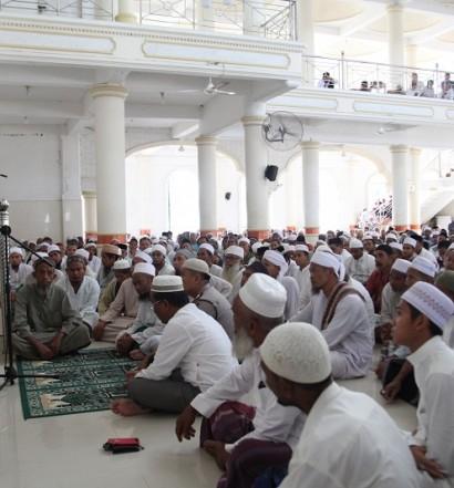 Suasana Silaturahimi Bupati Aceh Besar, H. Mukhlish Basyah, S.Sos., dengan masyarakat, Forum Komunikasi Pimpinan Daerah (Forkompinda) dan sejumlah Kepala SKPK usai sholat Jumat di Masjid Cotgoh pada Jumat (22/4).