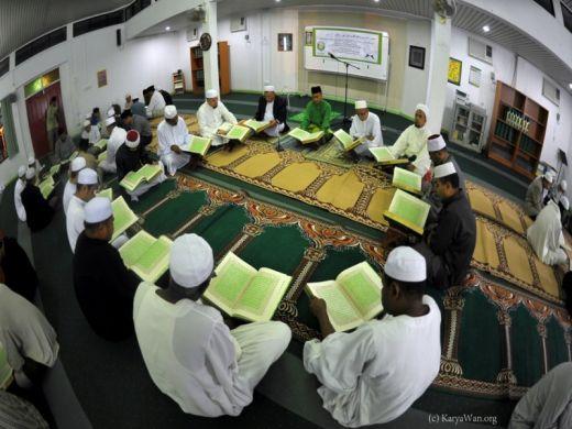 Suasana pelaksanaan Tadarrus Al-Qur'an dari Masjid ke Masjid yang Diselenggarakan oleh RRI di Kota Padang, Sumatera Barat, pada Senin (7/6). Sumber: www.rri.co.id