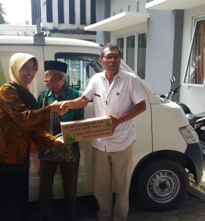 Penyerahan Bantuan 750 Paket Sembako kepada Korban Bencana Lonsor Purworejo.  Sumber: www.dmi.or.id/ Dra. Hj. Dian Artida