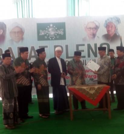 Rapat Pleno PBNU, Ahad (24/7), di Pondok Pesantren Khas Kempek, Cirebon. Penandatanganan MoU antara PBNU dengan KPK RI. Sumber: www.dmi.or.id