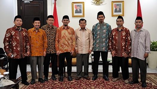 Wapres RI, DR. Drs. H. Muhammad Jusuf Kalla, bersama Ketua Umum Pimpinan Pusat (PP) Wahdah Islamiyah, Ustaz. DR. H. Muhammad Zaitun Rasmin, Lc., M.A. (ketiga dari kanan) dan jajaran PP Wahdah Islamiyah.