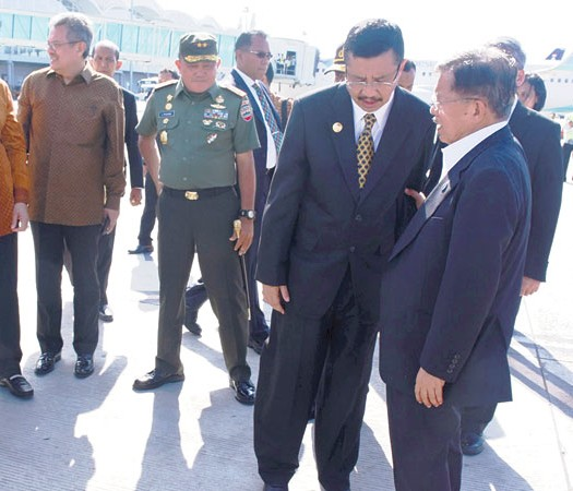 Pertemuan Wapres DR. Drs. H. Muhammad Jusuf Kalla dengan Gubernur Sumut, H. Tengku Erry Nuradi, S.E., M.Si., pada Ahad (17/7) di Bandara Kualanamu International Airport. Deli Serdang, Sumut.  Sumber: www.harian.analisadaily.com