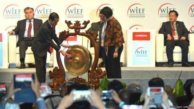 Sumber: www.bbc.com  Presiden Widodo Buka Forum Ekonomi Islam Dunia ke-12 di Jakarta Convention Centre (JCC), Stadion Gelora Bung Karno (GBK), Jakarta, pada Selasa (2/8).