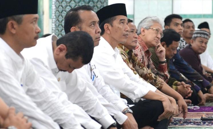 Sumber: http://ksp.go.id/  Presiden Joko Widodo Sholat Jumat di Masjid Jami Ilir, Kota Gunung Sitoli, Pulau Nias, Sumatera Utara,pada Jumat (19/8).