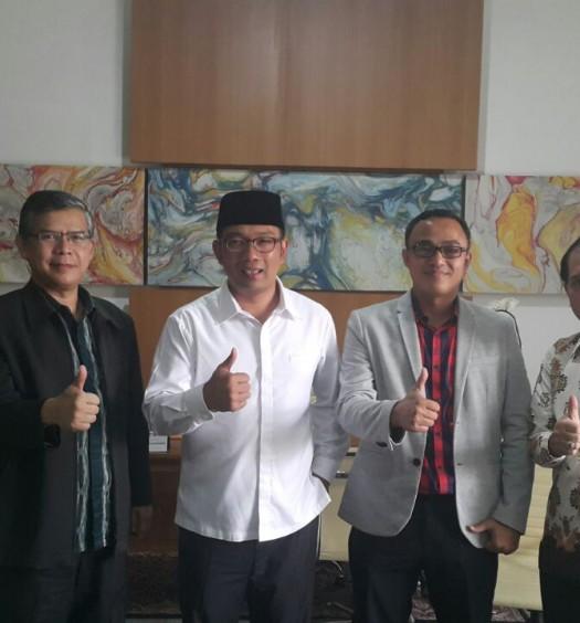 Sumber: Kemenpora  Audiensi Kemenpora dan OIC - YI dengan Wali Kota Bandung, H. Mochamad Ridwan Kamil, S.T., M.U.D., pada Jumat (19/8) di Pendopo Kantor Wali Kota Bandung.