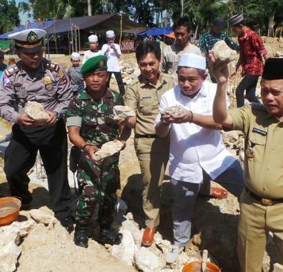 Sumber: http://banjarmasin.tribunnews.com/  Bupati Kabupaten Tapin, H. Muhammad Arifin Arpan, meletakan batu pertama pembangunan Masjid Al-Munaa, Senin (1/8), di Desa Timbaan, Kecamatan Tapin Selatan. Kabupaten Tapin.