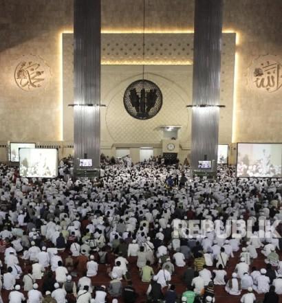 Sumber: www.republika.co.id  Ribuan anggota dari berbagai ormas Islam mengikuti silaturahmi akbar dengan tema Doa untuk Kepemimpinan Ibukota di Masjid Istiqlal, Jakarta, Ahad (18/9).
