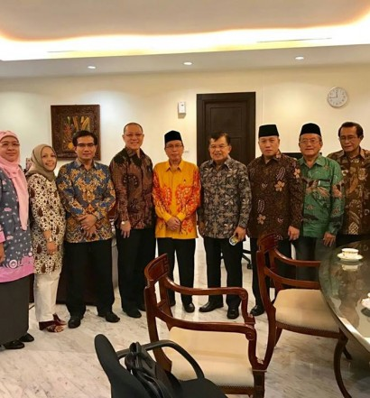 Suasana Raat PP DMI dengan Ketua Umum PP DMI, DR. H. Muhammad Jusuf Kalla, yang juga Wakil Presiden (Wapres) RI pada Kamis (20/10) di Istana Wapres Jakarta.  Sumber: www.dmi.or.id/ Drs. H. Muhammad Natsir Zubaidi.