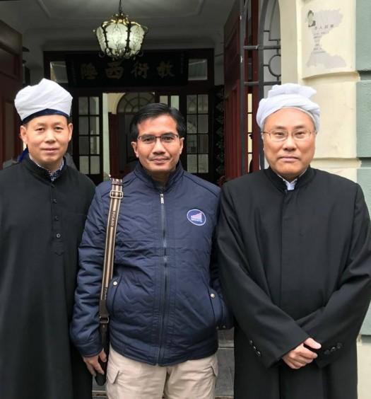 Bersama Syeikh Chien Musa (paling kanan), Imam Masjid Xiao Tao Yuan di Shanghai, China. Sumber: Hery Sucipto