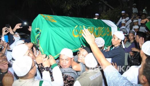 Video: Sholat Zenazah dan Pemakaman KH. Arifin Ilham